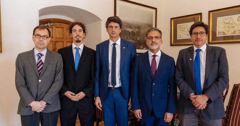 Presentan Red Chilena de Investigadores en Innovación a Ministro Couve